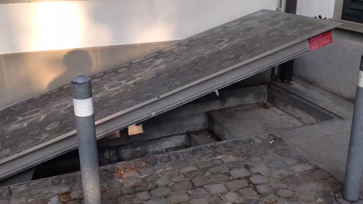 チューリッヒの観光案内をしてくれたスイスの友人が 「俺、秘密の鍵持ってるんだー」って取り出した鍵を、普通の街中の壁に差し込んで回したところ、突然道路の一部が…! つづく。