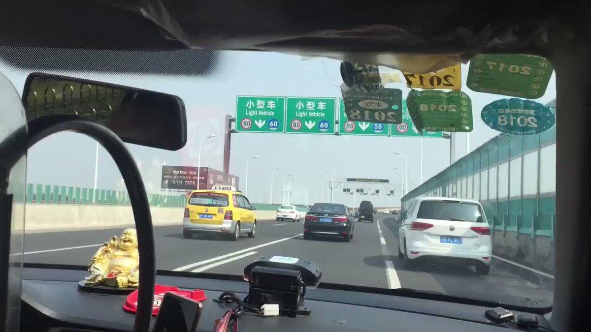 ホテルが呼んでくれた空港までのタクシーが怖すぎた… マリカーの如きスピードとハンドルさばき 上海のタクシーは年々良くなってると聞いてましたが昔ながらの運ちゃんだったみたいです 値段はびっくりするぐらい良心的だったw