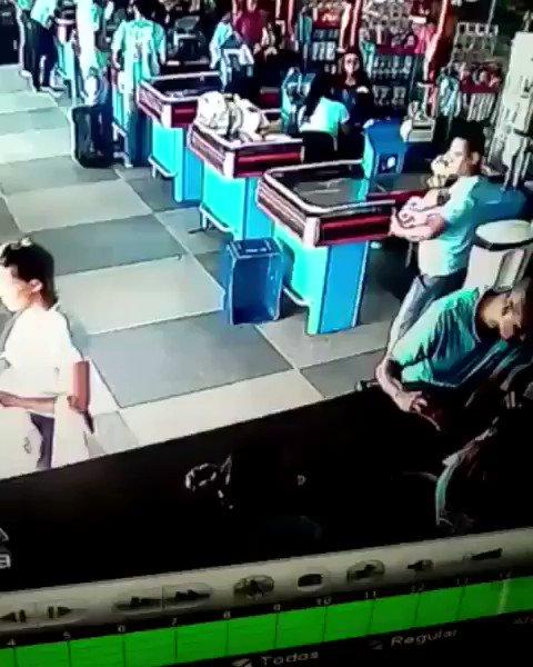 No Brasil, é assim: tem craque até na fila do supermercado.