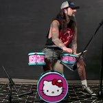 キッズ向けのキティのドラムセットを叩くマイクポートノイ氏(元Dream Theater)がキチガイす…