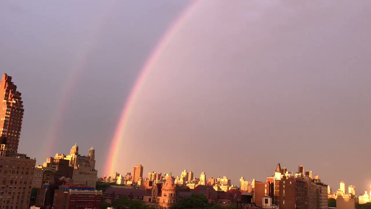 You don't see that every day, do you, kids? #rainbow #nyc https://t.co/mGg1jKCHPH