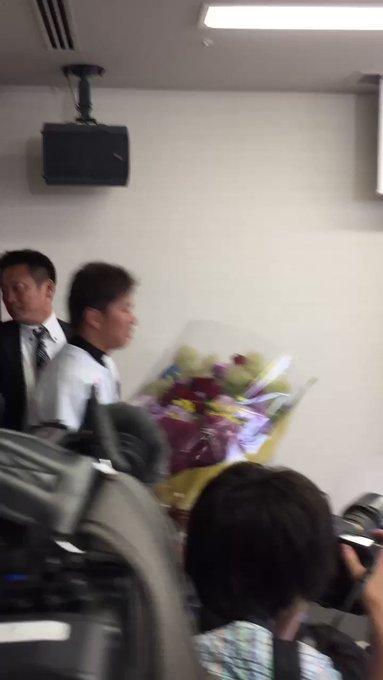 井口選手が今季限りでの現役引退を表明しました。井口選手会見後の花束贈呈の様子です。 #chibalotte