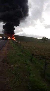 Momento do acidente na BR-101, em Guarapari, no Espírito Santo. https:...