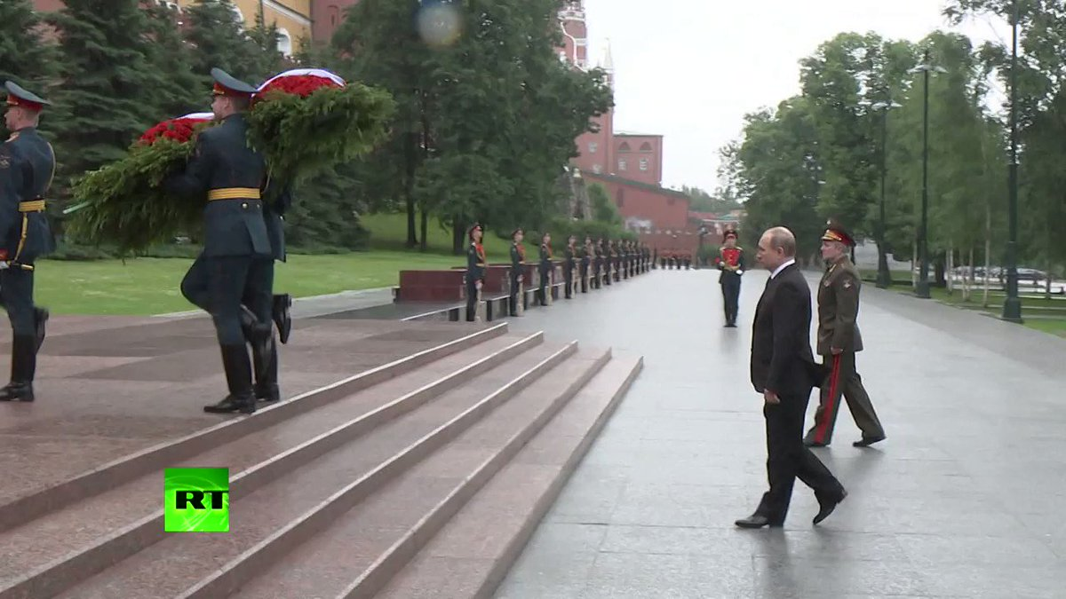 Αποτέλεσμα εικόνας για Ο Πούτιν ακίνητος στη βροχή αποτίει φόρο τιμής στους νεκρούς του Β' Παγκοσμίου Πολέμου