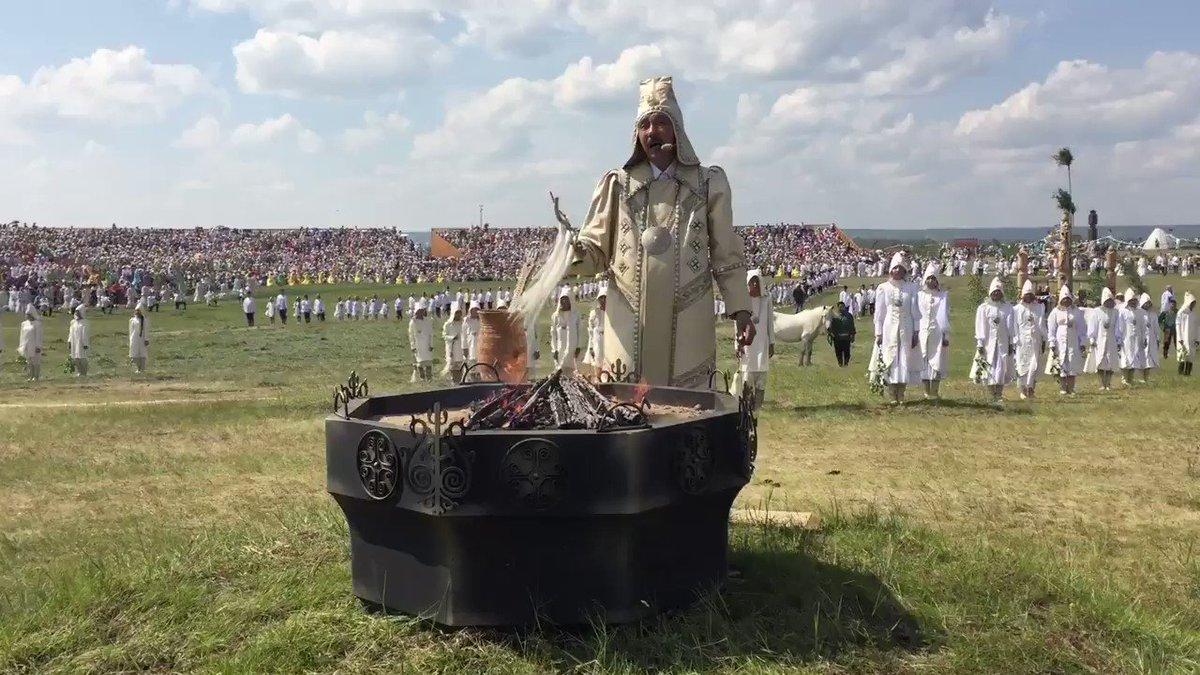 今日はロシア極東サハ共和国のヤクーツクで新年を祝うイシアフ祭りが開かれています。サハはシャーマンによる精霊信仰で、太陽などに健康や幸福を祈るそうです。音楽はホムスという伝統楽器で演奏。神秘的な雰囲気を増します