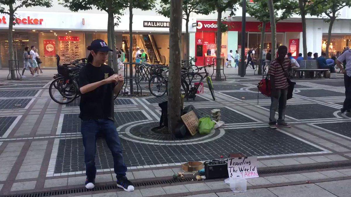 こまを回して、お金を稼ぎながら世界を旅してる18歳の日本男子をドイツ で発見!すげえ( ゚д゚)