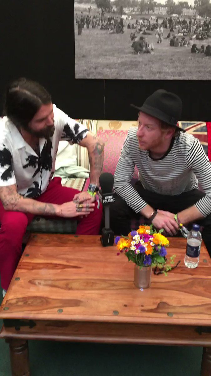 🎤Who's up for a sing-along 🙋@BiffyClyro are rocking #Glastonbury2017 r...