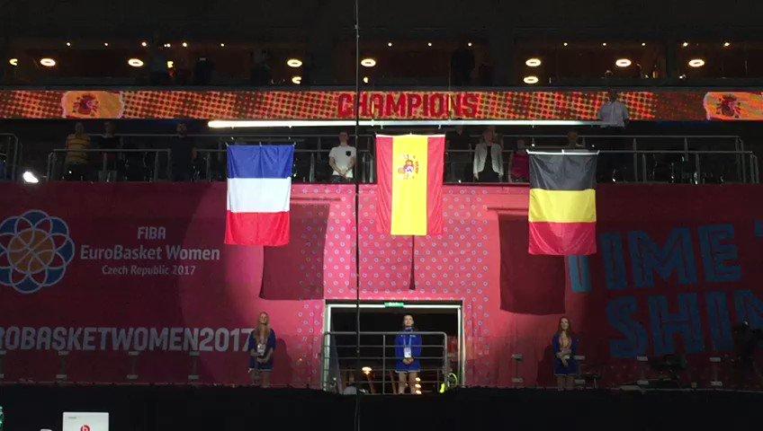 La bandera española, en lo más alto... por tercera vez. #EuroBasketWom...