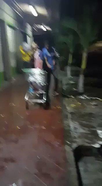 EN VIDEO | Captado en cámara: Barriadas del sur de Maracay saquean aut...