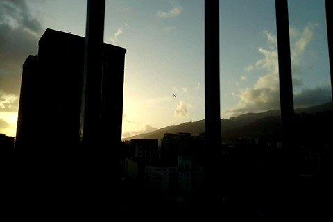 via @achirinos70: Helicóptero sobrevuela cerca la Av Urdaneta y cerca de Miraflores se escuchan detonaciones 6:25pm https://t.co/CeO0x7WdfE