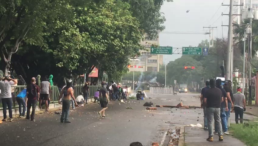 Clashes continue at Las Delicias Avenue in Maracay, Aragua