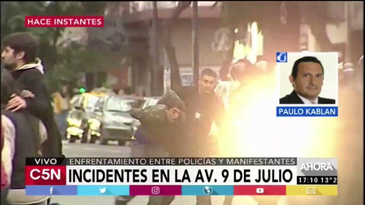 Insólito: Policías de la Ciudad en moto chocan entre sí durante la represión a organizaciones sociales. https://t.co/UdPnK1x2cW