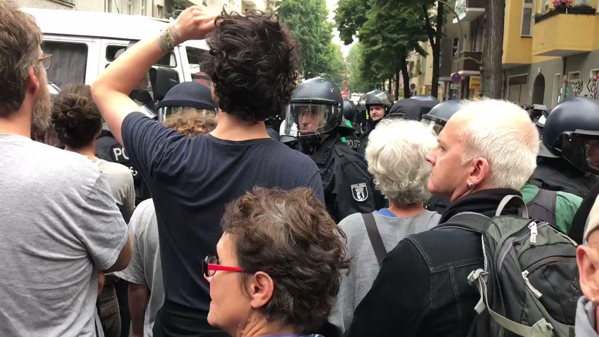 Polizei hat Journalisten und Umstehende aus Eingangsbereich #Friedel54...
