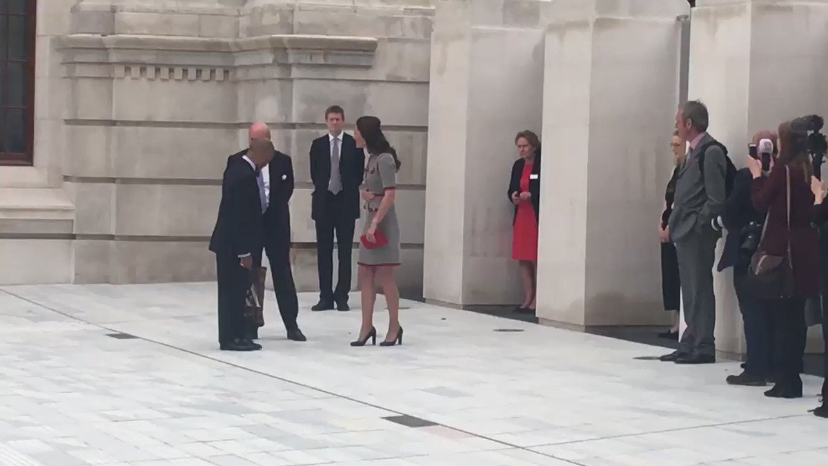 Video: the Duchess of Cambridge leaves the V&A https://t.co/9mHNx2...