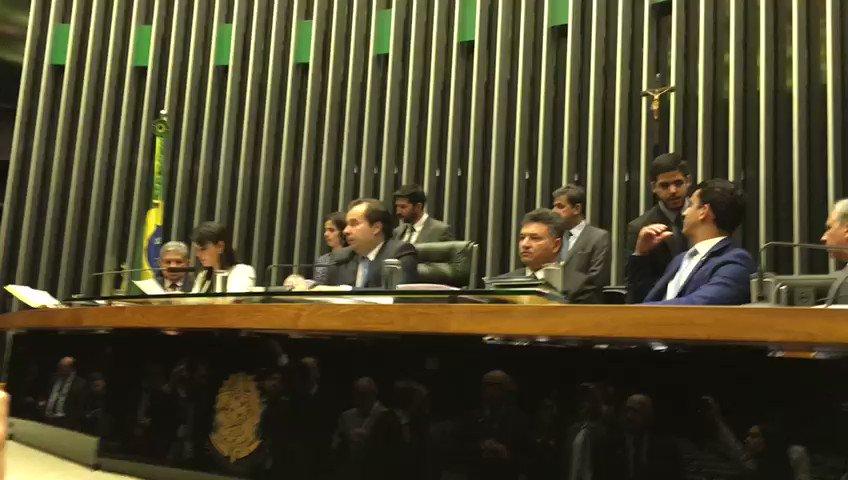 Cadê todo mundo? Apenas 10 dos 513 deputados acompanham leitura da denúncia contra Temer no plenário da Câmara