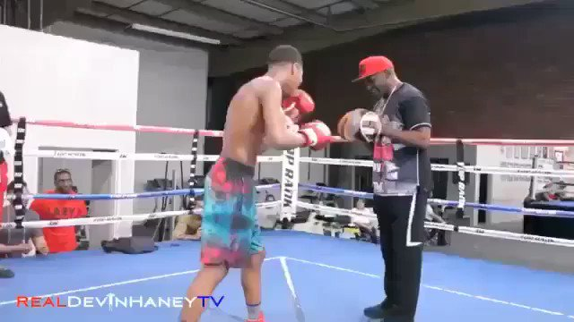Floyd Mayweather Snr working the mits with the 17 year old phenom @realdevinhaney some of the fastest hands ever https://t.co/B6wupnVMl7