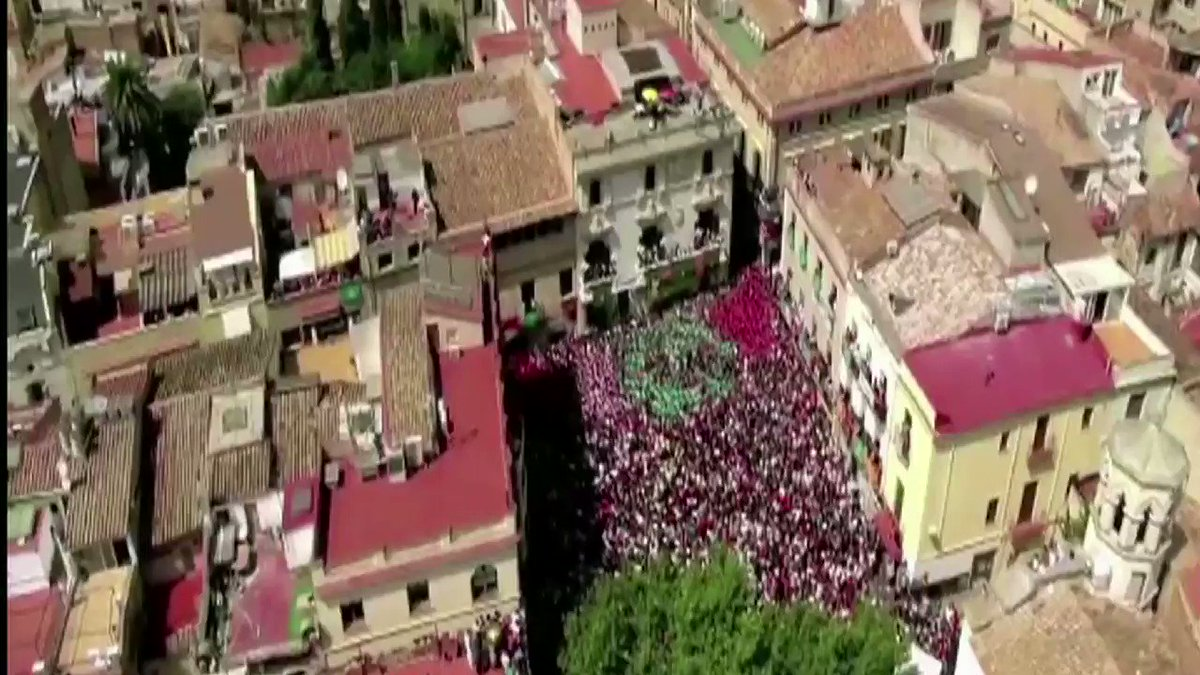 Teamwork, balance, courage, composure, emotion and passion.  We are #Castellers de #Vilafranca.  #humantowers https://t.co/851jYfooSR