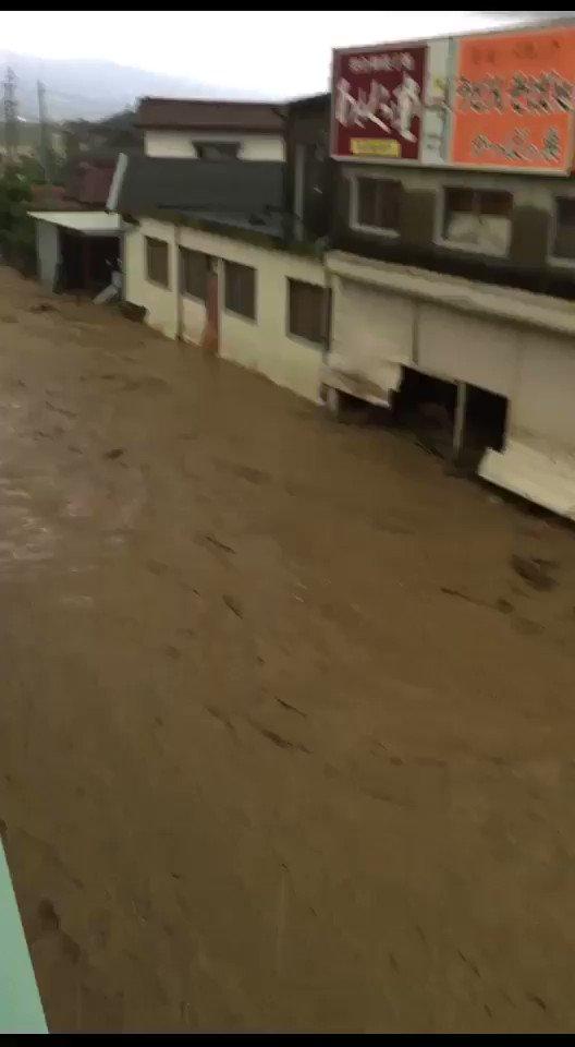 大雨による被害で、福岡県朝倉市山田の実家と会社が大変なことになってます。近所の家はほとんど流されてます。工場の二階に7人避難出来ずに取り残されてます!地元の消防は来れないと…どうにか助けてもらえないでしょうか pic.twitter.com/ZKlAR8SBhH