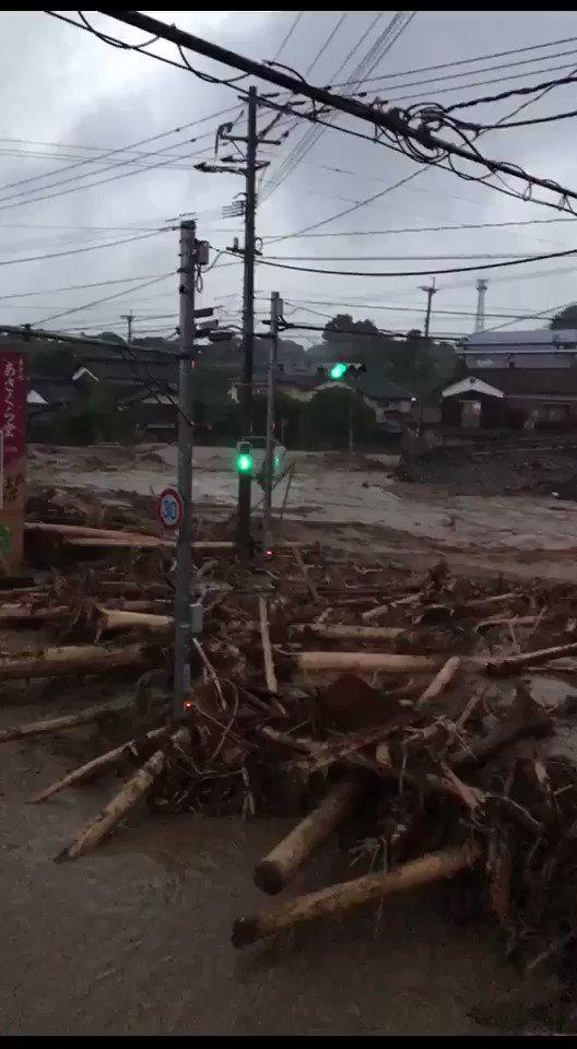 大雨被害救助求む!!福岡県朝倉市山田の実家と会社が大変なことになってます。近所の家はほとんど流されてます。工場の二階に7人避難出来ずに取り残されてます! pic.twitter.com/GHISMWoxXo
