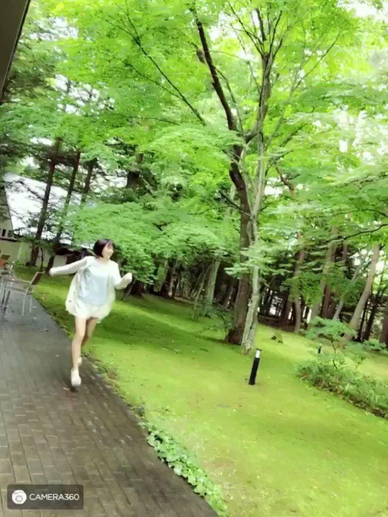 毎日蒸し暑くて溶けそうですが、今年の夏も軽井沢旅行に行けることを信じて頑張っております。あーーー涼しいところに行きたい_(:3 」∠)_皆さんもこの動画で涼んで下さい笑では、おやすみなさい!!オオオオオ\\└( ω)┘//オオオオオ pic.twitter.com/8SgCoHSbpI