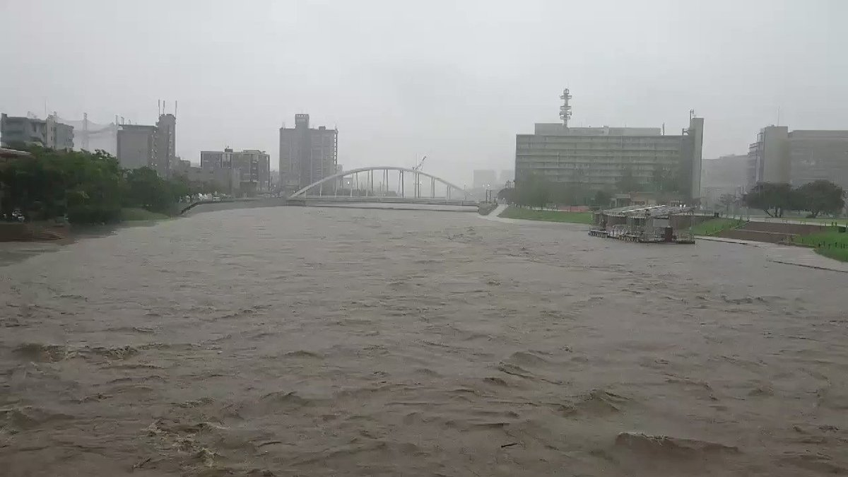 7/7午前7:30頃の北九州市小倉北区の北九州市役所そばの紫川の様子。太陽の橋の上から安全を確保して撮影。そして今から上流の鱒渕ダムが放流を開始するらしいので、さらに増水が見込まれる。