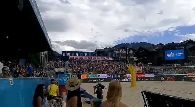 Great spirit on Centre Court 👍🤘🤗 Hopp Schwiiz 🇨🇭💪 🙆 #Gstaadmajor #swatchmajorseries #SRFbeachvolleyball @swissvolley @FIVBBeach