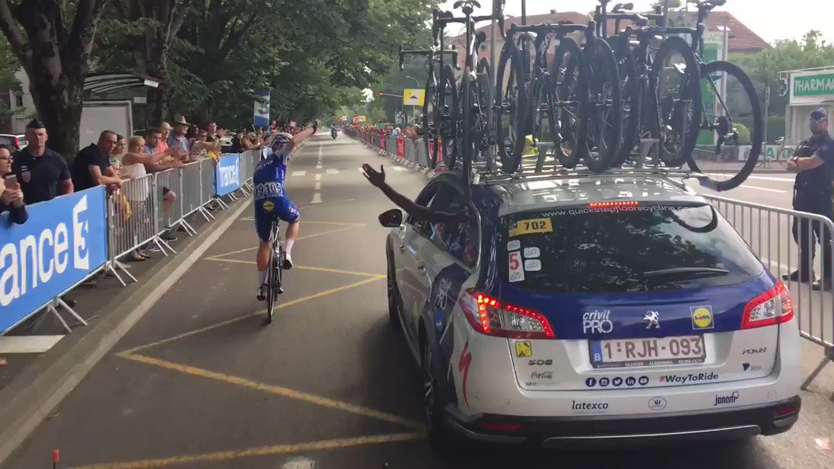 Your daily dose of @julienvermote celebrating another @marcelkittel & @quickstepteam victory! #TDF2017 https://t.co/IDwBXQl8Cm