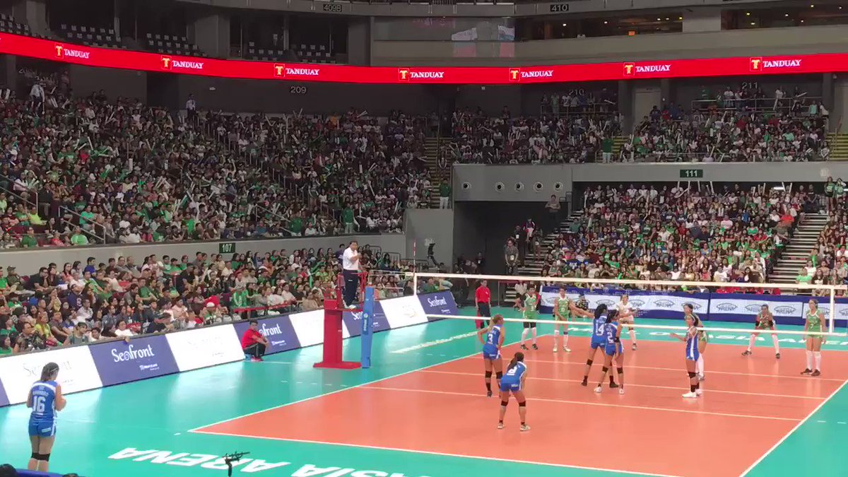 Another exciting super long point Battle of Rivals La salle vs Ateneo at MOA #BattleoftheRivals https://t.co/vvNtgegktS