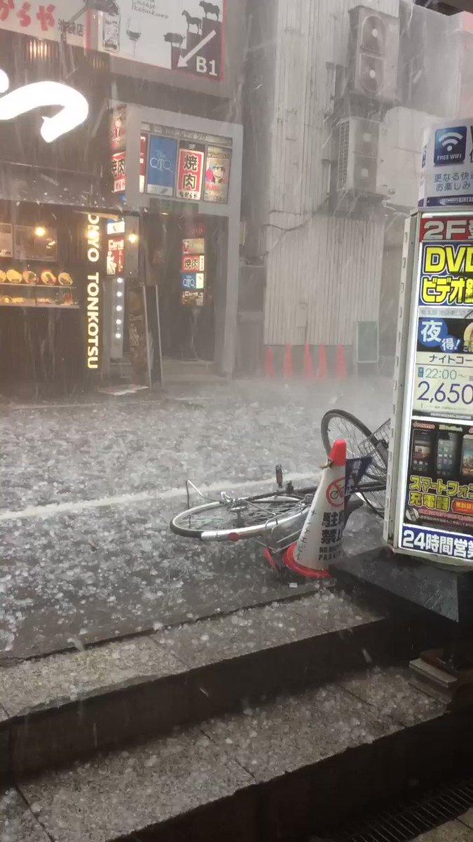 池袋に雹降って来た当たったら死ぬやつですわこれ pic.twitter.com/eZZCe5AiVS