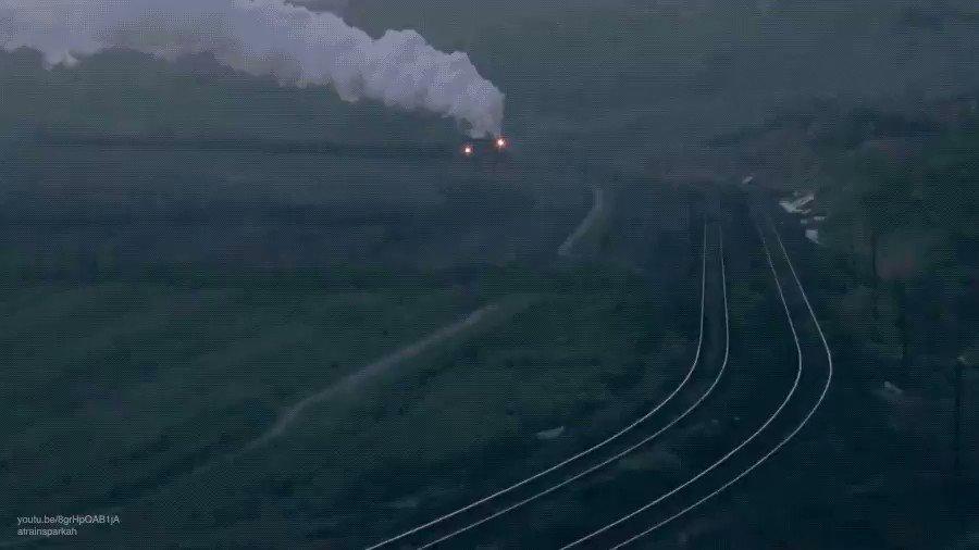 Una locomotora de vapor incendia las partículas de carbón volátiles a su paso por una mina en China. https://t.co/TGSTQyRysl