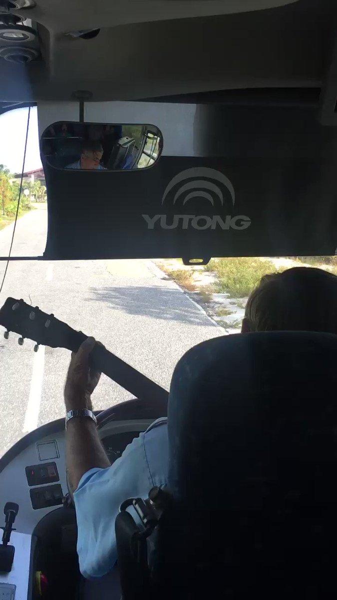 今日ハバナに戻るんですが、空港までのバス運転手がギター弾きながら運転するヤバドライバーで死ぬかと思いました。 https://t.co/GvUp2dmfQR