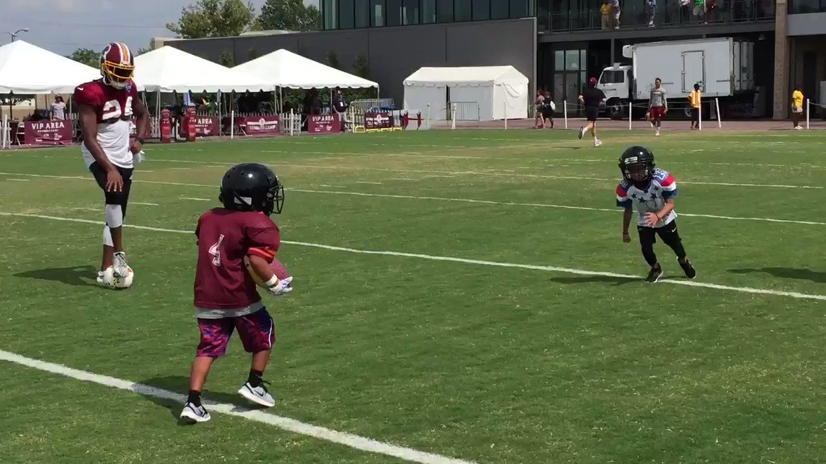 With asst coach @J_No24 looking on, @DeAngeloHall23 teaches his 5-yr-old twins football. #skinscampHighlight https://t.co/uvXHD9XTip