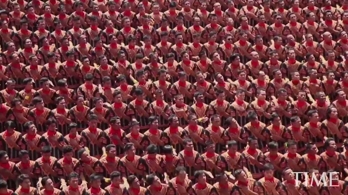 Indonesian Acehnese men broke the national record on Sunday for the largest Saman dance performed simultaneously by men.