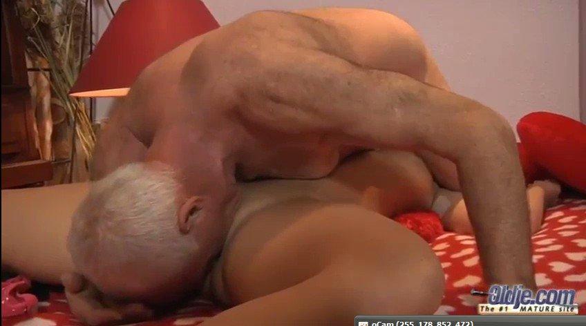 blondinka-okazivaetsya-naedine-so-zrelim-muzhchinoy