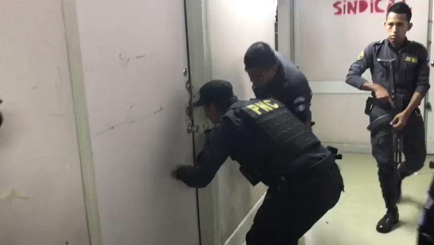#EUVideo: Operativo policial en el interior del Hospital Roosevelt....