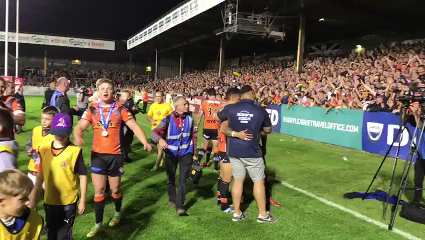 Sweet Caroline... DUM DUM DUM 🔊  #SLCasWak #Super8s https://t.co/tcQ9t...