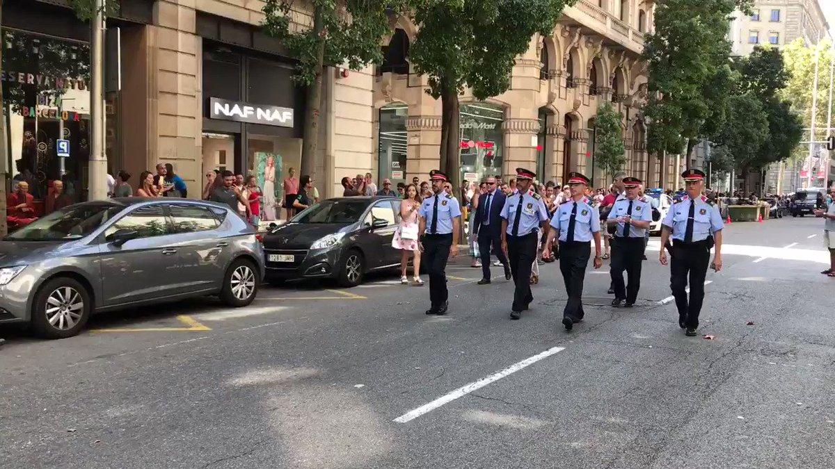Tota una imatge. La gent orgullosa dels @mossos https://t.co/KvNsKksgjk