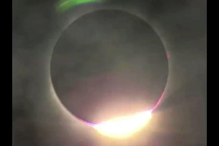 やっぱ動画の方がいいかな?皆既日食に入る瞬間のダイヤモンドリング🌑✨#ダイヤモンドリング #皆既日食2017 pic.twitter.com/MQ2di7YY1w