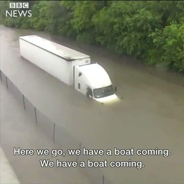 Impresionante cómo está reportera busca ayuda para rescatar a conductor#Harvey https://t.co/oBUerdD0Tt