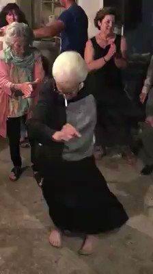 ΩΠΑ!! Η καλύτερη γιαγιά, Σε λατρεύουμε 😘 Like ✔ Tag ✔ Retweet ✔ and show some Love to this beautiful grandma dancing a Zeimpekiko 🇬🇷