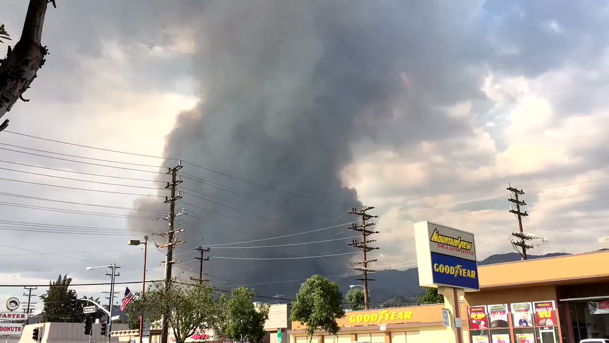 The #LaTunaFire is just over the hill here in Burbank. Sending good thoughts to the brave firefighters. https://t.co/csOhZFRYgx