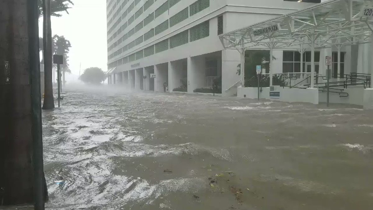 Brickell area in #Miami taking the surge from #Irma.  It's as deep as 2' at  SE 12th St. & Brickell Ave. https://t.co/UAhcDLij6N