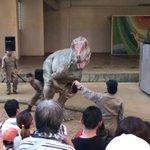 恐竜が観客を襲いはじめるのでエサで落ち着かせようとするも、牛肉だったため(恐竜は哺乳類の肉が苦手)さ…