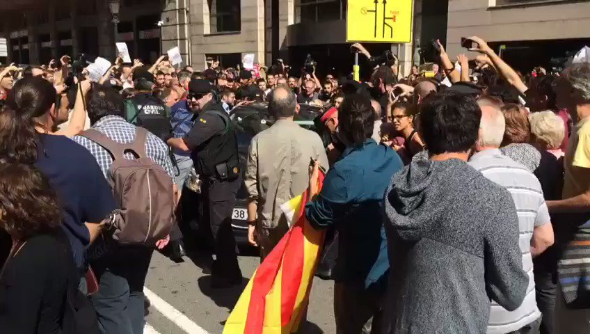 En las puertas d'Exteriors se han vivido momentos de tensión cuando los agentes se han llevado detenido a Xavi Puig.