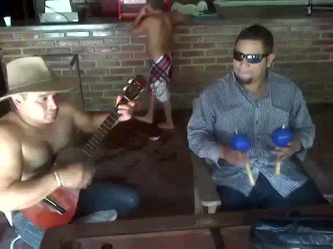 ベネズエラのマラカスは基本的にヤバいんですが、こういうアサラト的なトリック方面でもヤバい事が出来るとは知りませんでした。こんだけバンバン動かしてて何故文字通り粒の揃った音を出せるのか…。