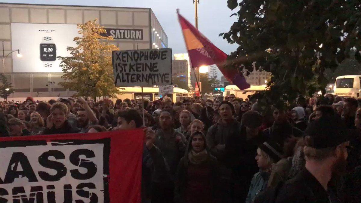 Demonstrasjoner mot høyrepopulistiske AfD i Berlin. Valgvaken beskyttes av politi etter at hundretalls personer har tatt seg dit. #tyskvalg