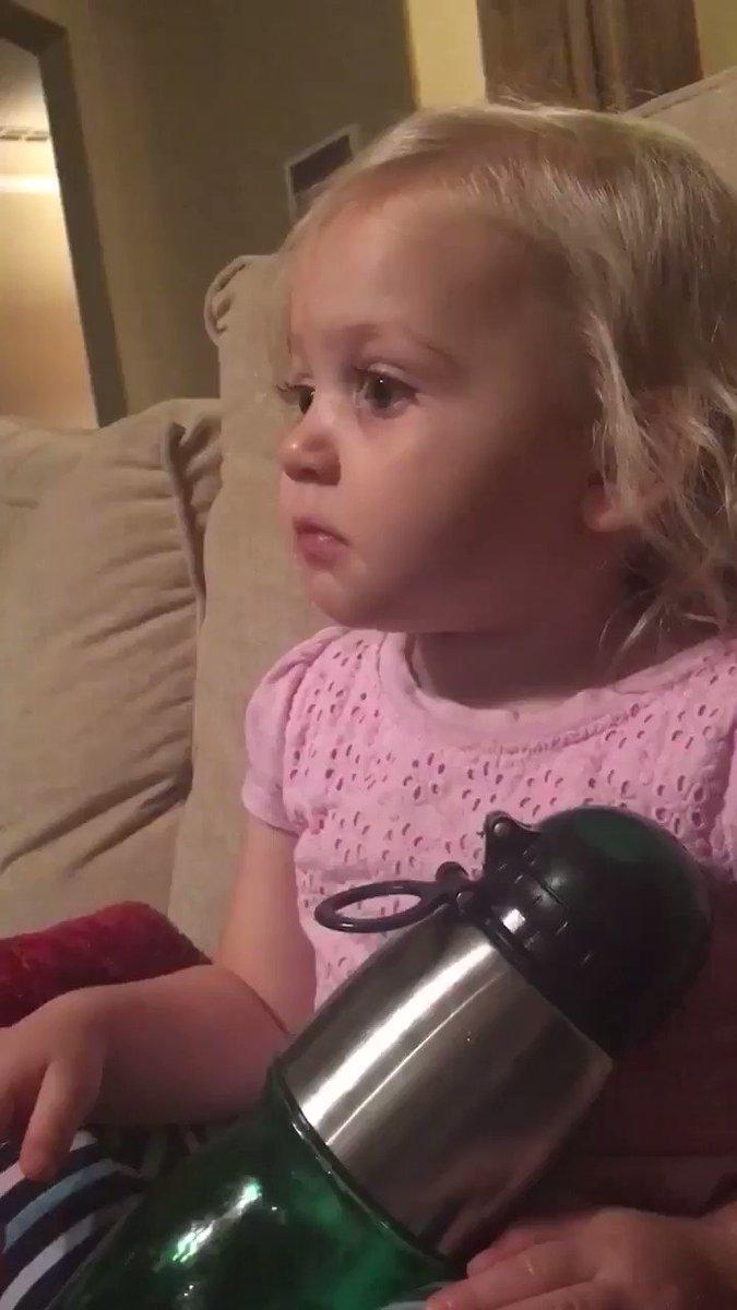 طفلة تشاهد مقطع لفلم كرتون فيه ديناصور سقط وضاع عن أمه فبكت حزناً عليه... المقطع أتاه 80 ألف ريتويت حتى الآن