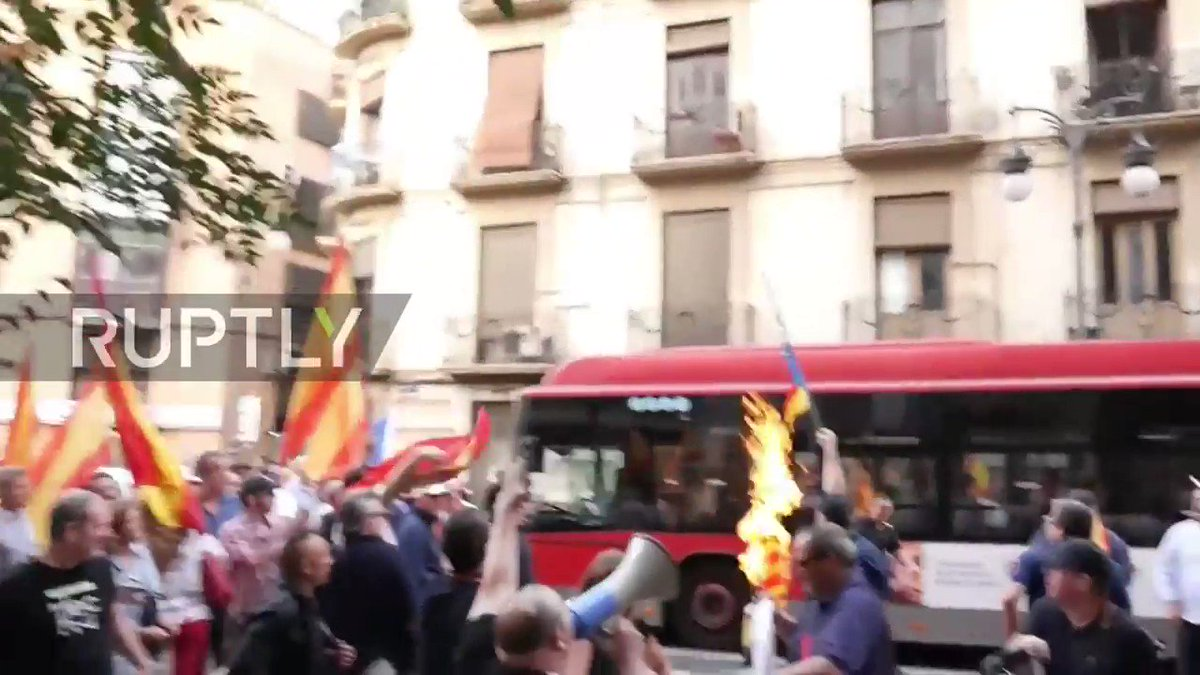 Nationalists burn Catalan flags during face-off with protesters in Valencia https://t.co/iTiXMMYaV8
