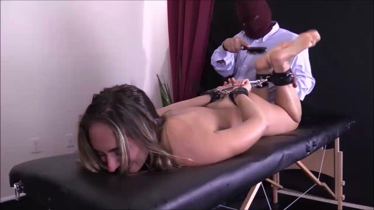 Женских промежностей щекотка в наручниках невест трансов