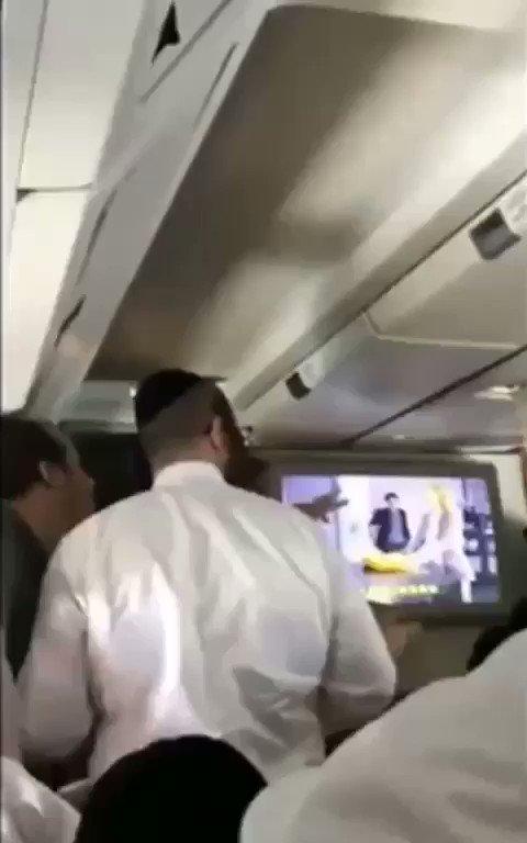 ماذا لو حصل هذا التصرف من مسلم؟  يهود (يحجبون) الشاشات على الطائرة. https://t.co/htM8Wlgclm